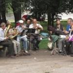 Духовий оркестр грає...